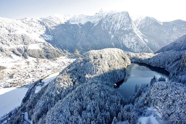© Ötztal Tourismus Photograf Ernst Lorenzi Bildbeschreibung Ötztal, Region Oetz, Piburger See, Luftaufnahme, Winter, Bäume, Wasser, Wald, Schnee, Landschaft, blauer Himmel, Stimmung, Acherkogel