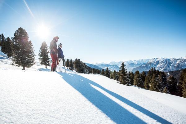 © Ötztal Tourismus Photograf eye5 Bildbeschreibung Skiregion Hochoetz, Region Oetz, Skifahren, Winter, Frau, Mann, Familie, Schnee, Bäume, Berge, Himmel, Sonne, Landschaft