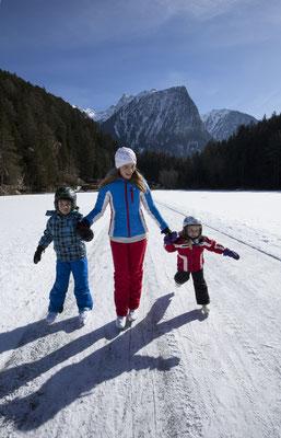 © Ötztal Tourismus Photograf Bernd Ritschel Bildbeschreibung Region Oetz, Winter, eislaufen, Piburger See, Familie, Acherkogl, Frau, Kinder, Junge, Mädchen, Natureislaufbahn;