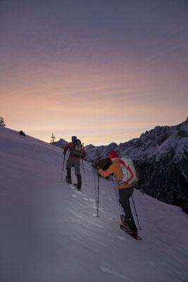 © Ötztal Tourismus Photograf Bernd Ritschel Bildbeschreibung Ötztal, Gries bei Längenfeld, Schneeschuhtour zum Hörnle, Schneeschuhwandern, Winter, Berge, Morgenstimmung, Sonnenaufgang, Stimmung, Schnee, Pärchen