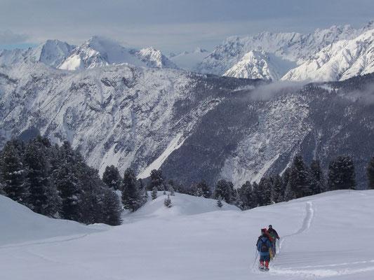 © Ötztal Tourismus Photograf Franz Gstrein Bildbeschreibung Ochsengarten, Schneeschuhwandern, Winterwandern, Simmering, Mieminger Kette, Tiefschnee, Bäume, Berge, Menschen