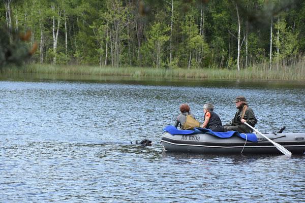 Jess bringt das Dummy zum Boot