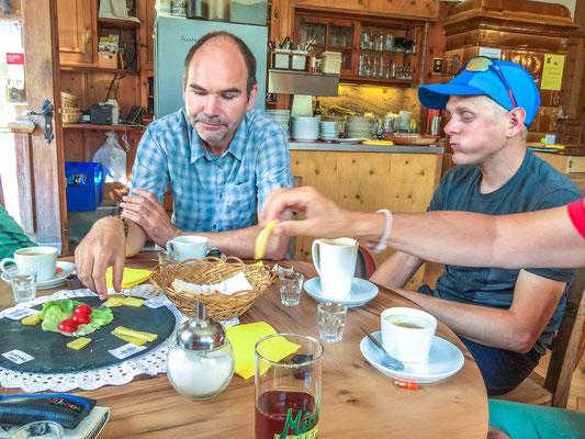 Degustation vom Stollenkäse von der Alp Taspin, Restaurant Alte Post Zillis Foto: Bruno Riedhauser