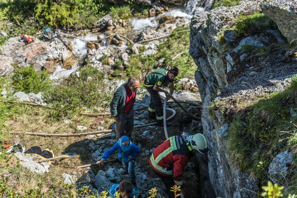 Stollenreinigung auf Alp Taspign (Foto: Bruno Riedhauser)