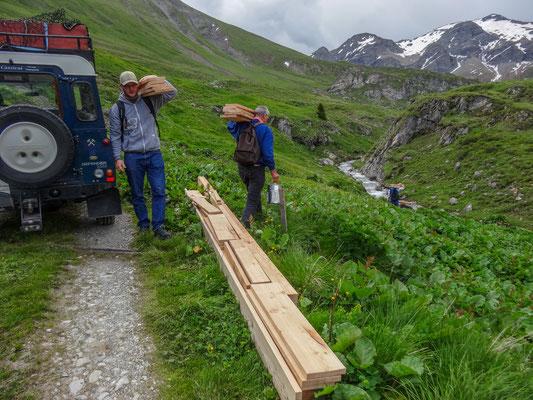 Auftrag ist zuerst das Holz zum Stollen tragen (Foto: Bruno Riedhauser)