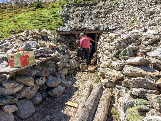 Erneuerung der Mauer vor dem Stolleneingang in Taspin (Foto: Bruno Riedhauser)