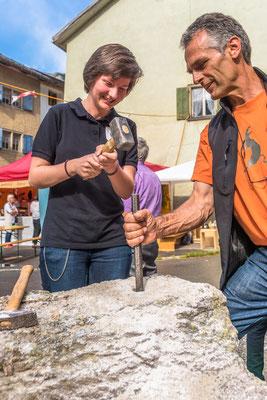 Zillis Dorffest: Wettbewerb Loch bohren wie einst von Hand