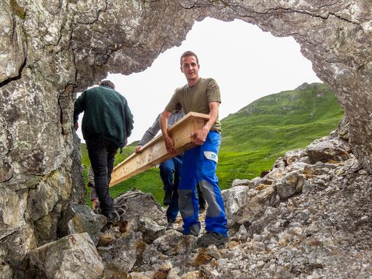 Einbringen des Lärchenholz Balken (Foto: Bruno Riedhauser)