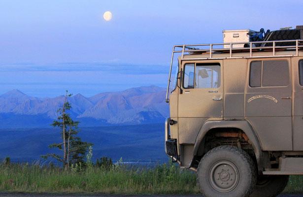 STELLPLATZ AM ARCTIC CIRCLE MIT BLICK AUF OGILVIE MOUNTAINS