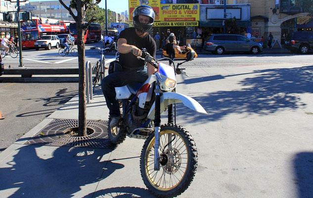MIT DEM MOTORRAD DURCH DIE DOWNTOWN