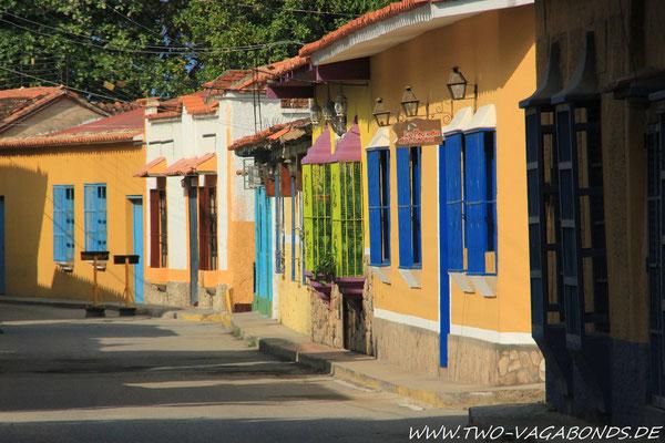 BUNTES GASSENBILD IN PUERTO COLOMBIA