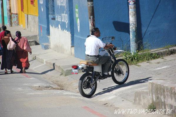 UNSER GUIDE, DER UNS DURCH DIE HINTERHÖFE GUATEMALAS AUS DER STADT BRINGT