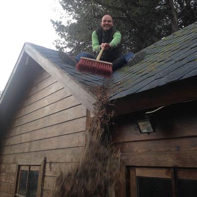 Het dak van de lodge is weer schoon
