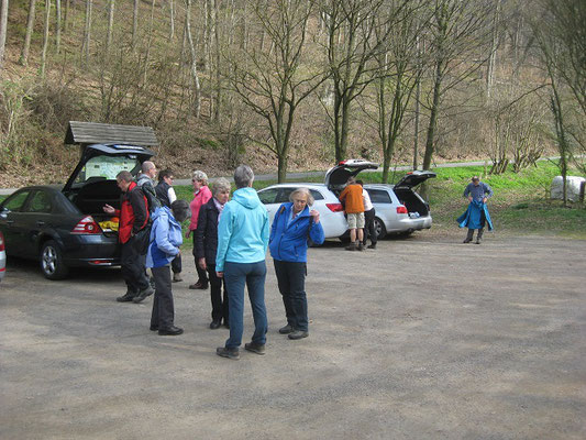 Auf einem Parkplatz für Wanderer in Deckbergen bei Rinteln stellten wir die PKW´s ab und zogen die Wanderschuhe an