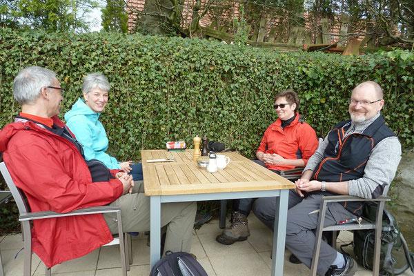 Auf der Paschenburg gibt es Kaffee und Kuchen. Draußen auf der Terrasse. Die Paschenburg ist keine charakteristische Burg, sie war eher ein kleines Jagdschloss.