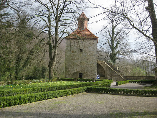 Sie liegt 225 m hoch auf dem Nesselberg im Wesergebirge und ist seit dem 13. Jahrhundert das Wahrzeichen des Schaumburger Landes