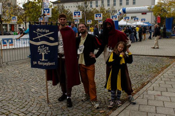 Das Gefolge zu Herzoghart beim Stadtlauf 2014. Die kleine Laufgruppe von links nach rechts: Stephan, Dustin, Frederik, Natascha
