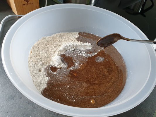 Honigmasse zu gemischten Mehl und Sauerteig geben.