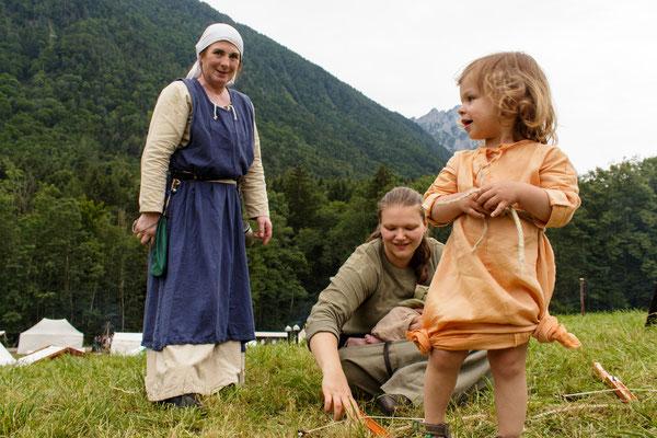 Renate (links) und Sonja (rechts) mit ihrer Tochter (Vordergrund).