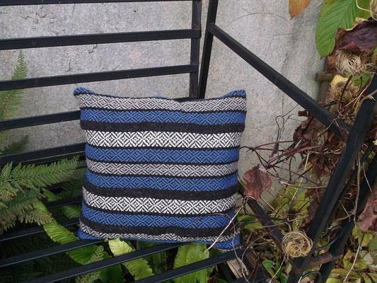 Das handgewebte Sitzkissen aus Wolle schützt gegen Bodenkälte denn Wolle hat gute isolierende Eigenschaften und hält schön warm