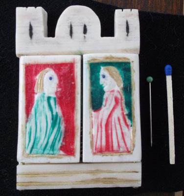 Nacharbeit eines hochmittealalerlichen Klappspiegels aus Bein, auch hier ist rechts ein Kleid mit Schleppärmel
