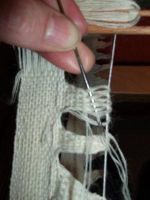 Nacharbeitung des Strumpfbandes aus London  : das Band hat seitliche Zaddeln die aufwendig von Hand gewebt werden