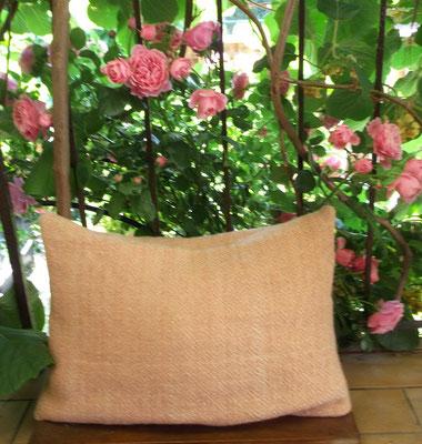 handgewebtes Sitzkissen aus Wolle in rosa weiß Diamantköper
