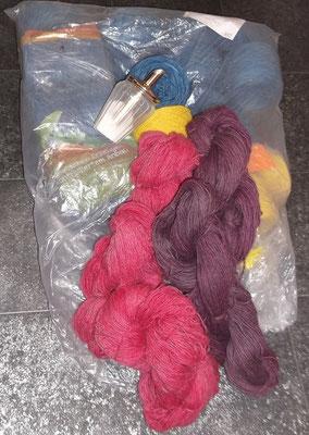 Pflanzengefärbte Wollgarne für einen handgewebten Kleiderstoff