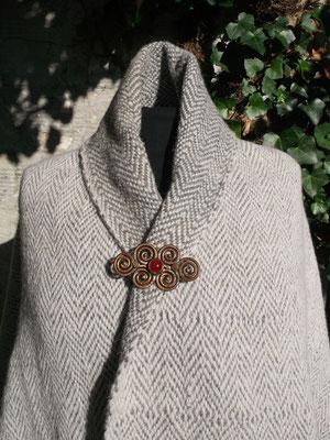Dicke warme Wolle in natürlichem Grau und Wollweiß wurde mit kräftigem Hortensienblau verwoben