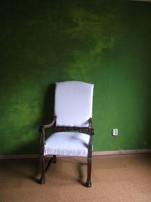 der vorbereitete Stuhl, frisch aufgepolstert und mit Weißstoff aus dem Fachhandel bezogen