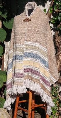 Die Farbe von reifem Getreide, Kornblumen Mohn und wilder Kamille spiegeln sich farblich in diesem handgewebten Tuch aus guter Schafswolle