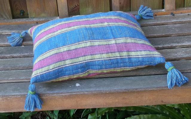 handgewebtes Kissen aus Wolle, das Muster ist ein Extended Tabby und stammt aus dem Hochmittelalter / Gotik pflanzengefärbt