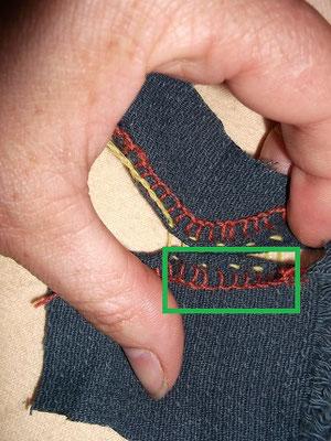 Elastische Handnaht 1 eine Art Knopflochstich sichert die Schnittkante des Stoffs, das ist wichtig damit der Stoff sich nicht auflösen kann
