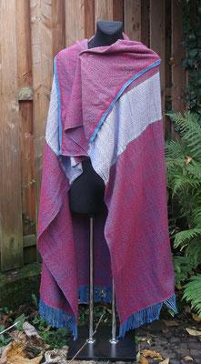 Manteltuch fürs Frühmittelalter mit eingewebtem Dekorsteifen, angewebter Borte und gedrehten Zöpfchen