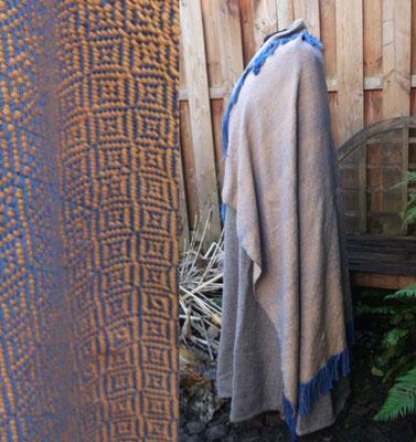 Frühmittelalterliches Manteltuch für eine Dame, das Tuch ist so vorbereitet, das Fadenenden aus dem Gewebe schauen, die vom Kunden in eine Borte eingewebt werden