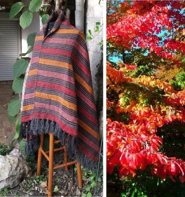 Warmes Schultertuch handgewebt nach dem Foto eines schönen Herbstbaums