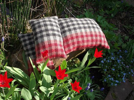 handgewebstes Kissen aus Wolle, das Muster ist ein Oseberg inspiriertes Karomuster