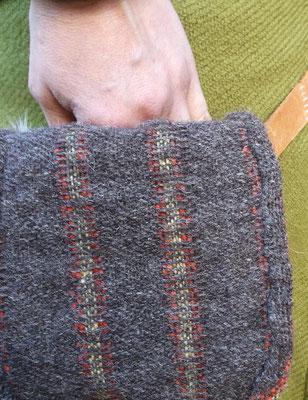 Nacharbeitung der Gürteltasche aus Altenberg : griff in die geöffente Tasche