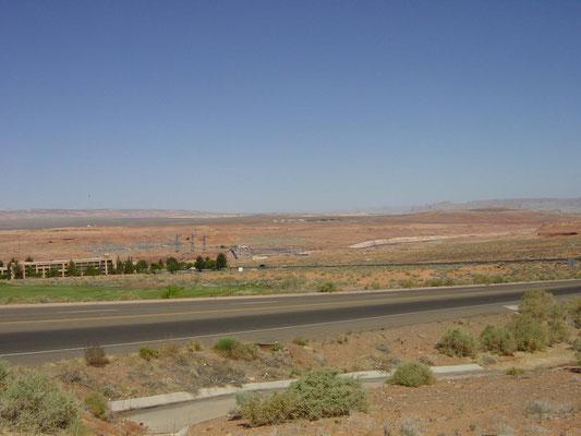 Blick vom Hwy 89 zum Glen Canyon Dam