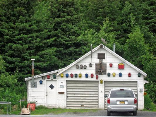 Mehr Vogelnistkästen als Häuser in Moose Pass