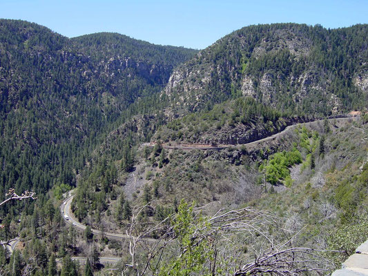 Blick zum Pass vom Oak Creek Canyon Overlook