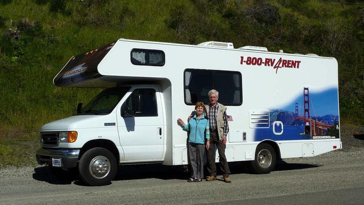 Renate und Helmut mit dem Wohnmobil von Cruise America