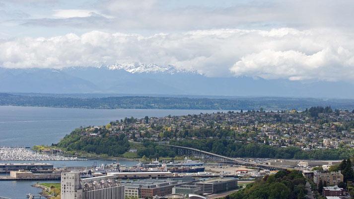 """Elliott Bay, in der Ferne die Gebirgsregion der Olympic Mountains, Blick vom Aussichtsturm """"Space Needle"""""""