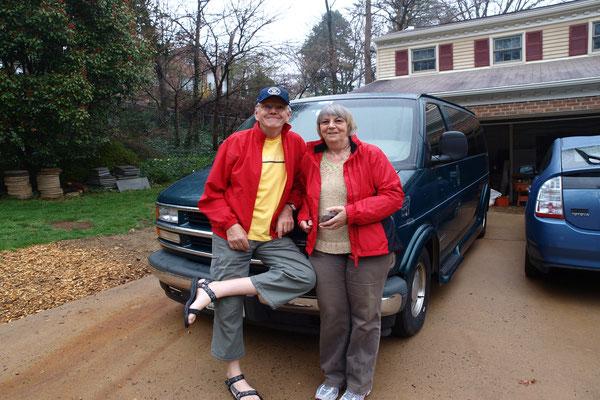 Hans und Herwiga vor ihrem Van in dem sie während ihrer monatelangen USA-Tour übernachten