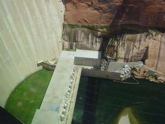 Blick zum Grund des Glen Canyon Dam (Colorado River)