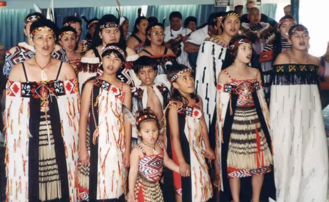 Vorführung zweier Indianer- bzw. Maori-Gruppen