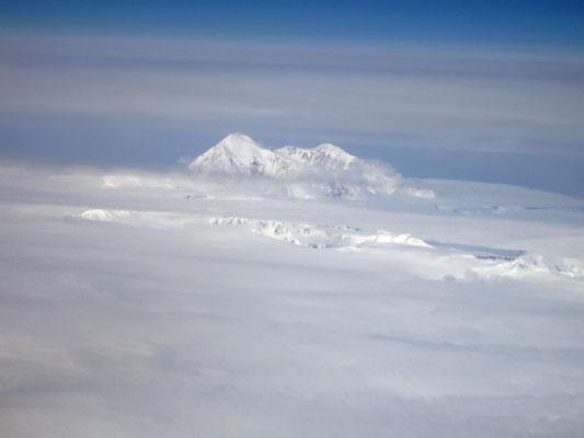 Kurz vor der Landung tauchte der Mount McKinley aus den Wolken auf