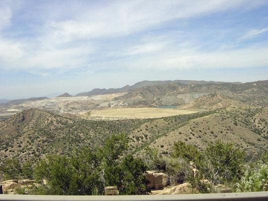 Blick von der US 60 (Live Oak St) zur Kupfermine (Pinto Valley Mine)