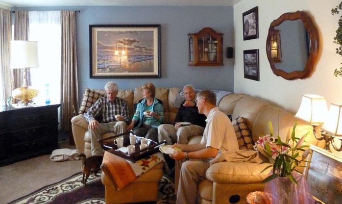 Kaffee und Muffins im Wohnzimmer von Deneen und Peter