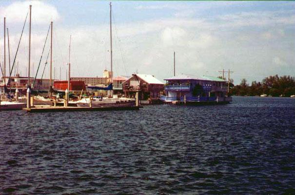 Blick vom N. Roosevelt Blvd auf Hausboote
